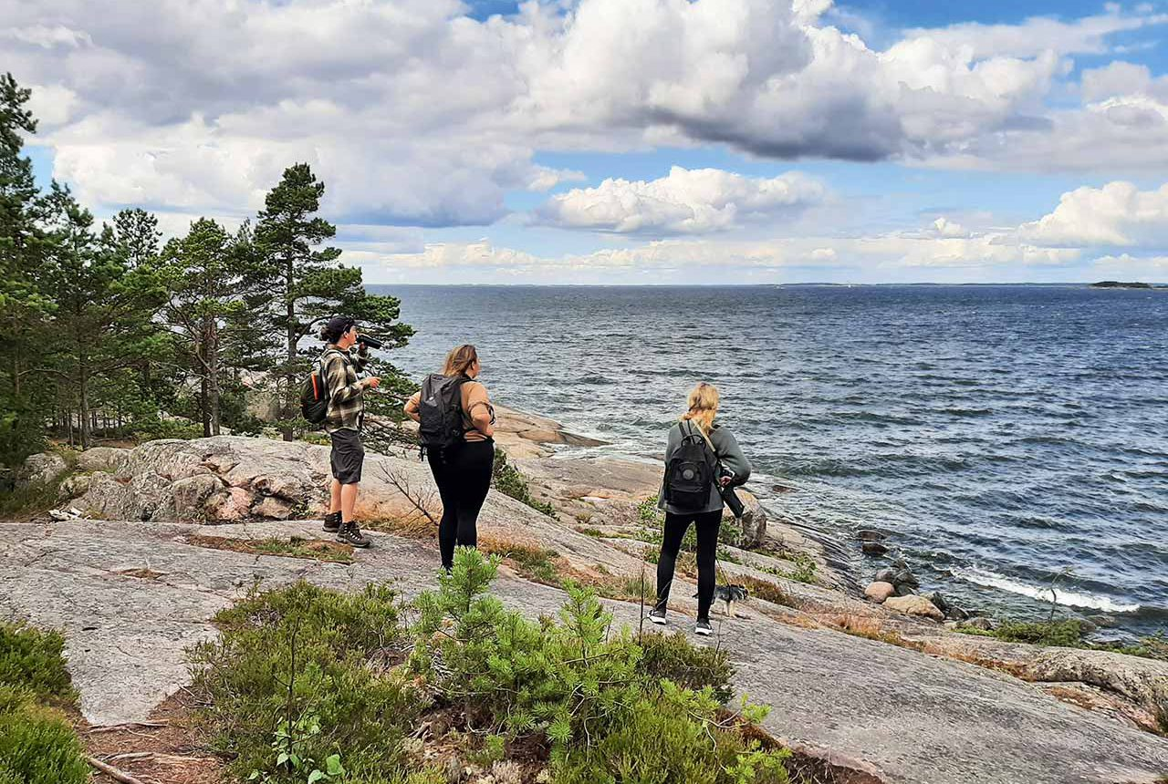 guide and two wome on an archipelago tour